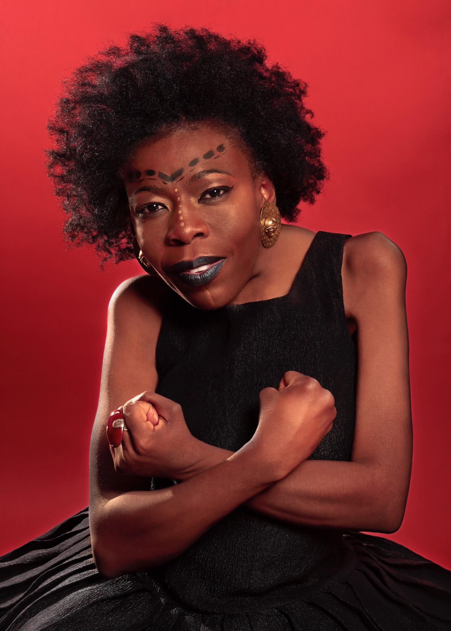 Deza Nguembock se met dans la peau d'Oprah, de Grace Jones, d'Iman et de Miriam Makeba pour les droits de la femme